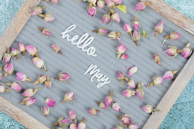 Plakat happy may z kwitnącymi kwiatami dookoła.