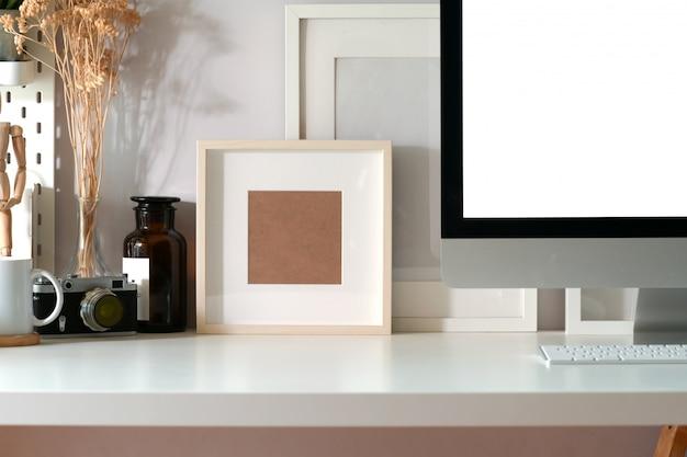 Plakat makieta na kreatywnym obszarze roboczym i przestrzeni kopii