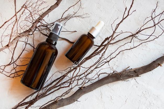 Plakat produktu kosmetycznego. szklana butelka kosmetyczna. krem lub płyn nawilżający. serum nawilżające