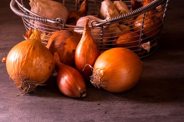 Plakat starego kosza z cebulowymi pomidorami czosnkowymi do dekoracji kuchni