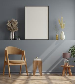 Plakat z pionową ramą na pustej ciemnej ścianie we wnętrzu salonu z aksamitnym fotelem. renderowanie 3d