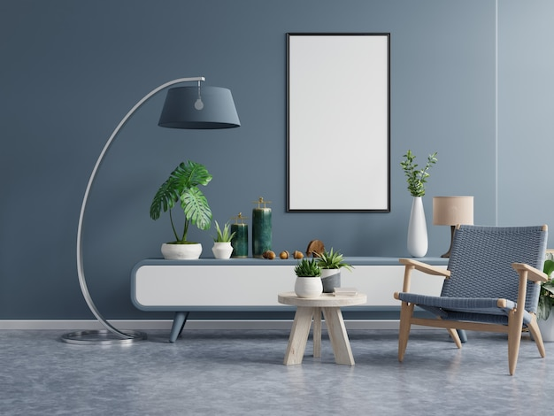 Plakat z pionową ramą na pustej ciemnozielonej ścianie we wnętrzu salonu z ciemnoniebieskim aksamitnym fotelem. renderowanie 3d