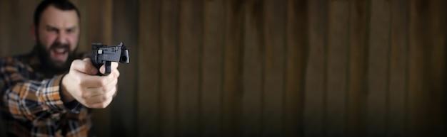 Plakat z pustym miejscem na tekst na tle z brodatym mężczyzną z założonymi goglami ochronnymi i treningiem słuchu w strzelaniu z pistoletu
