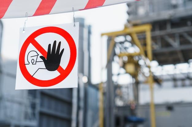 Plakat zakazujący nieuprawniony wstęp jest zabroniony z taśmą ochronną w miejscu naprawy.