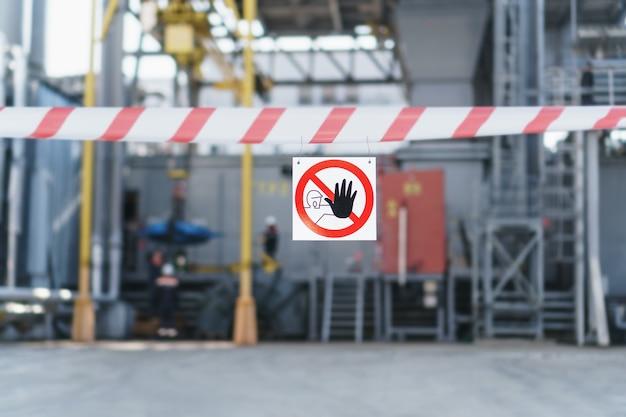 Plakat zakazujący wjazd osób nieupoważnionych z taśmą ochronną w miejscu naprawy jest zabroniony.