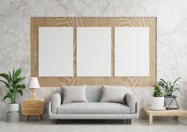 Plakaty na drewnianym panelu w salonie z lampą, sofą i roślinami