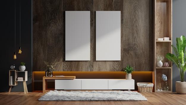 Plakaty z pionowymi ramkami na pustej ciemnej drewnianej ścianie we wnętrzu salonu z szafką