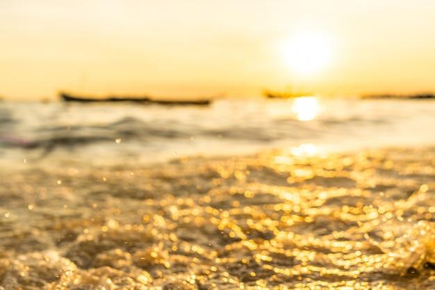 Plama denna kiść z małym łodzi rybackiej tłem przy brzeg podczas zmierzchu