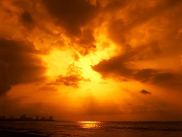 Plama promień światła słonecznego na niebie, koncepcja bóg błogosławi, prezent