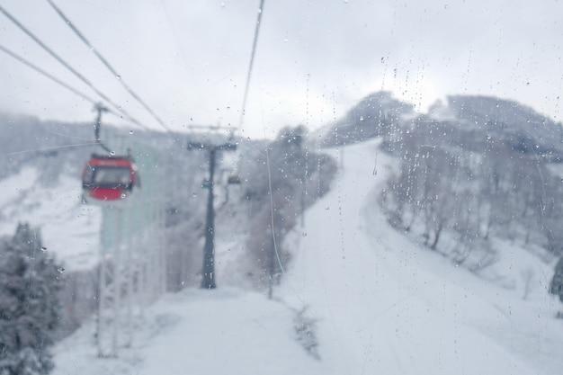 Plama wagonów kolejowych niebo na śnieżnej górze przy galowym yuzawa blisko tokio