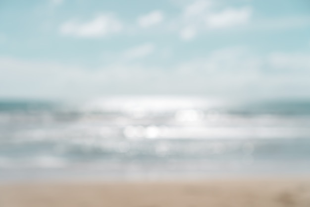 Plamy lata bokeh plaża z słońca światłem i niebieskim niebem.