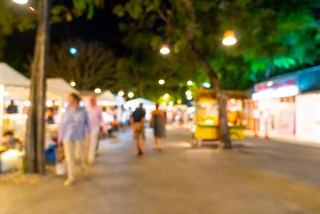Plamy scena przy nocnym targiem ulicznym