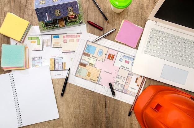 Plan architektoniczny domu, laptop, hełm, układ