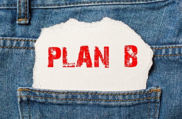 Plan b na białym papierze w kieszeni niebieskich dżinsów