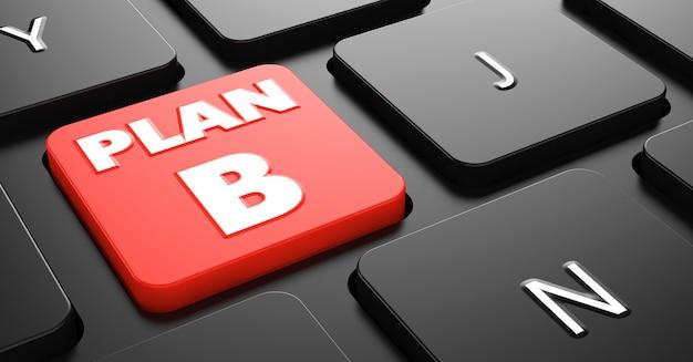 Plan b na czerwony przycisk na czarnej klawiaturze komputera.