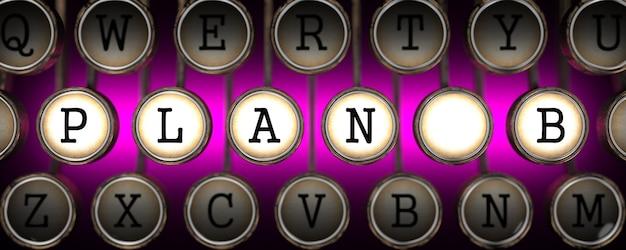 Plan b na klawiszach starej maszyny do pisania na różowym tle.