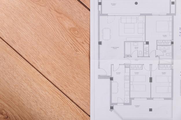 Plan budowy na drewnianej podłodze
