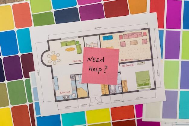 """Plan domu z próbkami kolorów i tekstem """"potrzebuję pomocy"""""""