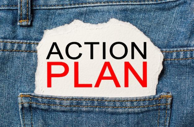 Plan działania na rozdartej powierzchni papieru