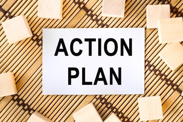 Plan działania słowo na papierze i drewnianych kostkach
