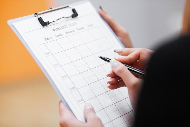 Plan fitness. trener sportowy jest zbliżony do planu treningu