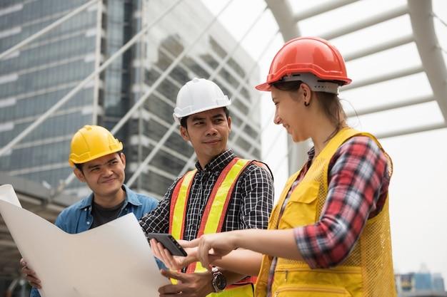 Plan kontroli zespołu budowlanego ze smartfona