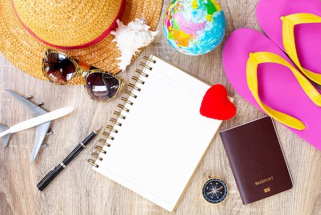 Plan Podróży, Wyjazd Na Wakacje, Makieta Turystyki - Strój Podróżnika Premium Zdjęcia