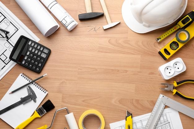 Plan techniczny rysunek z drewnianym kopii przestrzeni tłem