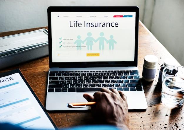 Plan ubezpieczenia na życie na ekranie laptopa