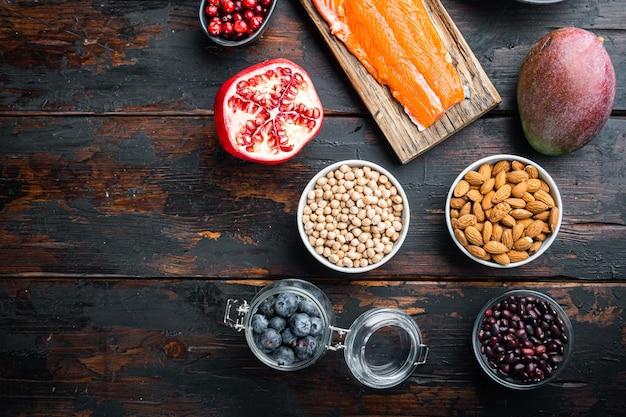 Plan żywieniowy zdrowej diety. planowanie posiłków, mieszkanie leżało na ciemnym drewnianym tle, z miejscem na tekst