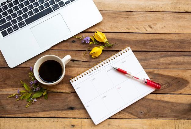 Planer notebooków, komputer do pracy biznesowej z gorącą kawą