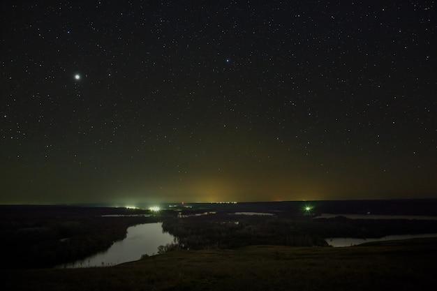 Planeta jowisz i gwiazdy na nocnym niebie