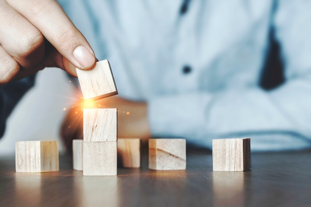 Planiści z drewnianymi klockami wypełnionymi innowacyjnymi pomysłami