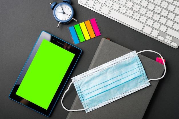 Planowanie 2021 roku, tabletka z maską leczniczą z zielonym ekranem i zegarem, agenda