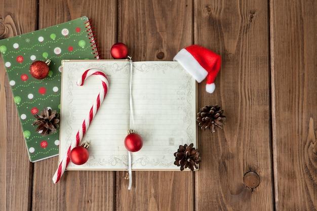 Planowanie bożego narodzenia lub nowego roku na drewnianym. przygotuj się na ferie zimowe. widok z góry, leżał płasko.