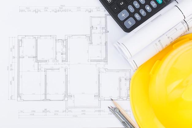 Planowanie budowy z rysunkami konstrukcyjnymi i akcesoriami, projekty budowlane na papierze