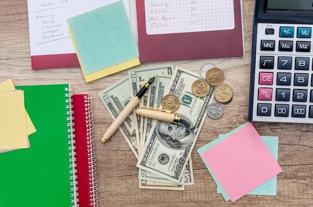 Planowanie budżetu rodzinnego, dolar z długopisem i notatnikiem
