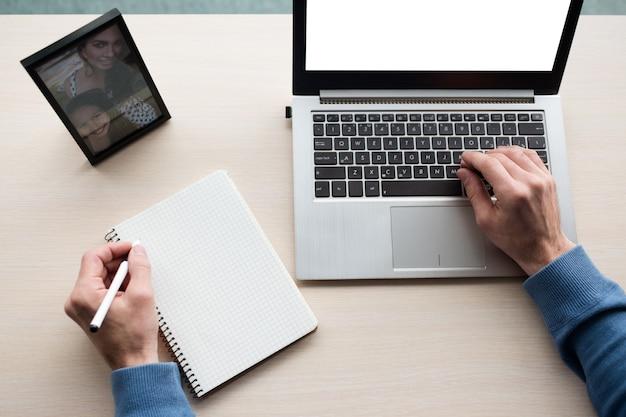 Planowanie pracy skrupulatny biznesmen robi notatki w swoim osobistym organizerze