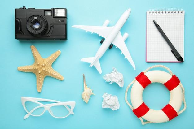 Planowanie wakacji letnich, turystyki i wycieczki zabytkowa ściana. notatnik podróżny z akcesoriami na niebiesko. leżał na płasko.