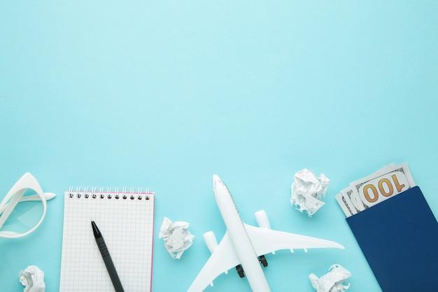 Planowanie wakacji letnich, turystyki i wycieczki zabytkowa ściana. notatnik podróżny z akcesoriami na niebiesko z miejscem na kopię. leżał na płasko.