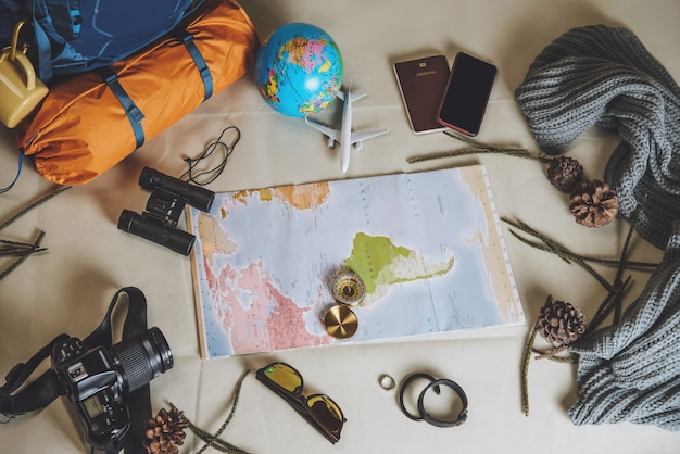 Planowanie wakacji turystycznych za pomocą mapy świata z innymi akcesoriami podróżniczymi.