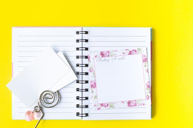 Planowanie ważnych rzeczy, różowe przybory do pisania na kolorowym tle. rzeczy do zrobienia. widok z góry. skopiuj miejsce