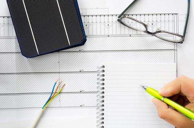 Planowanie zainstalowania domowego systemu zasilania energią słoneczną na obrazie koncepcyjnym z kablami, okularami i ogniwami słonecznymi