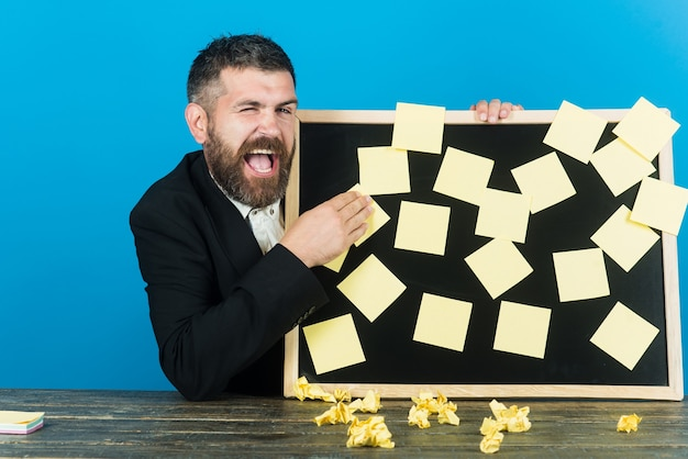 Planowanie zarządzania zatrudnieniem przypomnienie o biznesie i koncepcja ludzi wesoły przystojny biznesmen