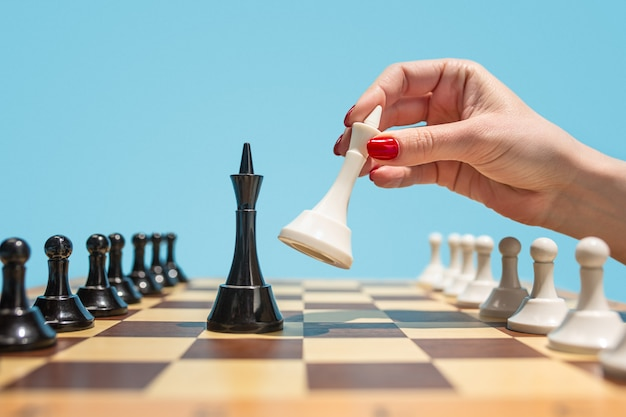 Plansza szachowa i koncepcja pomysłów biznesowych i konkurencji.