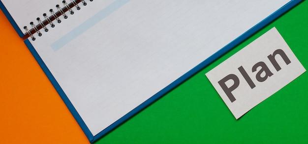 Planuj zapisywanie wpisów w zeszycie. zielone tło.