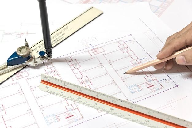 Plany architektoniczne plany projektu i plany na rolkach z równ