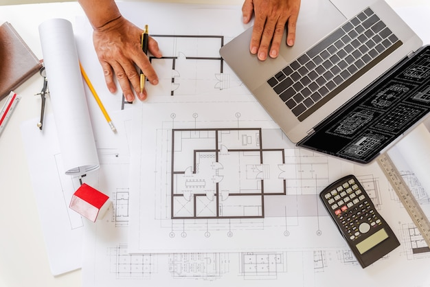 Plany projektanta i inżynierów pracujących w biurze architektów.