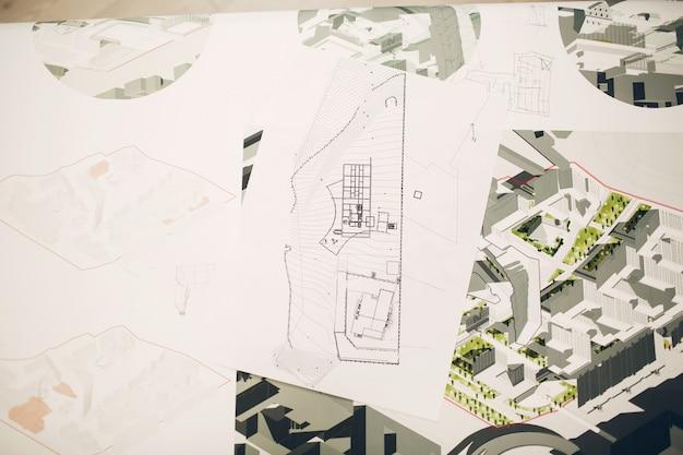 Plany rysunków i projekt układu na stole biurowym