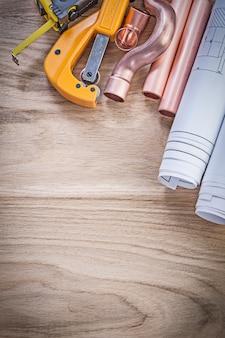 Plany taśmy linii wodnej do cięcia rur na drewnianej koncepcji hydraulicznej
